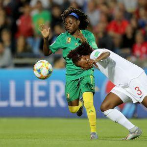 Kadeisha Buchanan(oik.) taisteli alkulohkossa palloja pois vastustajilta. Tässä sen kohtalon kokee Kamerunin  Gabrielle Aboudi Onguene.