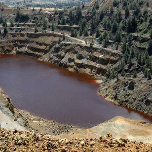 Ilmakuva veden täyttämästä kaivoksesta.