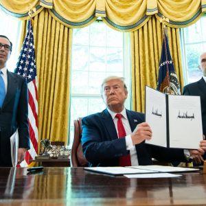 Trump kertoi Valkoisessa talossa uusista pakotteista Irania vastaan 24.6.2018. Presidentin vieressä seisovat varapresidentti Mike Pence ja valtiovaraiministeri Steve Mnuchin.