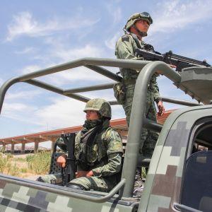 Meksikolaissotilaat partioivat Rio Bravon varrella  Juarezin kaupungissa Meksikon ja Yhdysvaltain rajalla. Meksiko on lähettänyt lähes 15000 sotilasta estämään luvattomia rajanylityksiä.