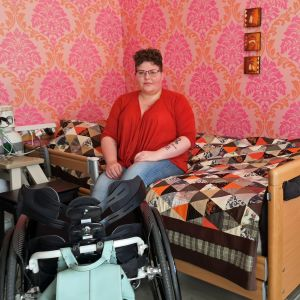 Maarit istuu sairaalasängyllään