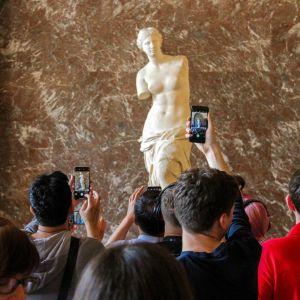 Turisteja katsomassa Milon Venus -veistosta Louvressa.