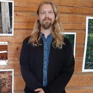 Valokuvaaja Touko Hujanen ja valokuvia Metsäperhe-näyttelystä.