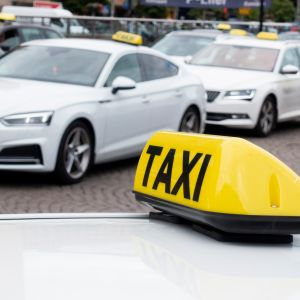 Taksiautoja taksiasemalla