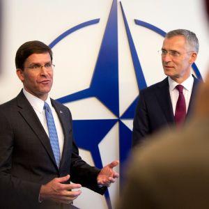 Yhdysvaltain uusi vt. puolustusministeri Mark Esper ja Naton pääsihteeri Jens Stoltenberg tapasivat ennen ministerikokousta.