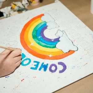 Julisteen tekoa Helsinki Pride 2019 -päiviä varten.