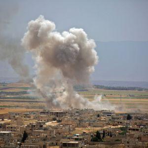 Hallituksen joukot ovat pommittaneet kapinallisten hallussa olevaa Idlibin maakuntaa jo pari kuukautta. Torstaina Turkin viranomaiset sanoivat, että Syyrian hallitus moukaroi kranaateilla turkkilaissotilaita. Kuva Khan Sheikhunin kaupungista kesäkuun 6. päivältä.