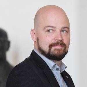 Mikko Kärnä tiedotustilaisuudessaan Helsingissä.