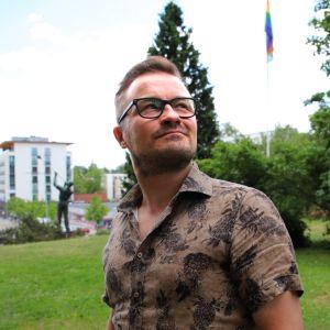 Jukka Kuronen Riihimäen Lasinpuhaltajan patsaalla.