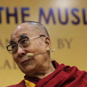 Dalai Lama kuvattuna konferenssissa New Delhissä 15.6.2019.