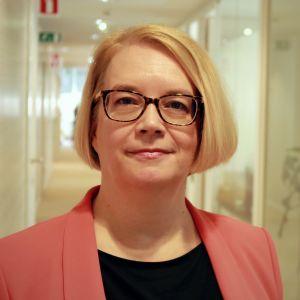 Coreper I -lähettiläs Minna Kivimäki Suomen EU-edustustossa.