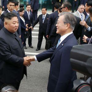 Donald Trump, Kim Jong-un ja Moon Jae-in Koreoiden rajalla.