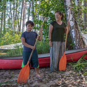 Madlen Muscat ja hänen poikansa kanootin vieressä