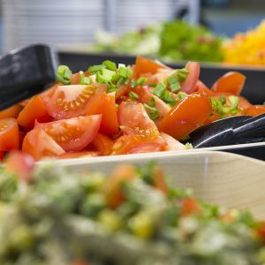 Salaattipöytä.