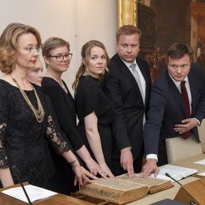 Uudet ministeri vannomassa virkavalaa.