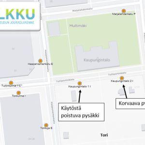 Kuopion kaupungintalon edustan pysäkkikatoksia uusitaan.