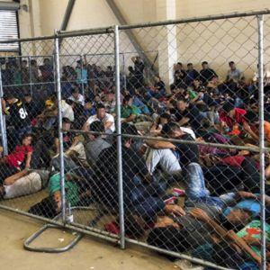 Siirtolaiset ahdettu täpötäysiin selleihin Rio Granden raja-aseman pidätyskeskuksissa.