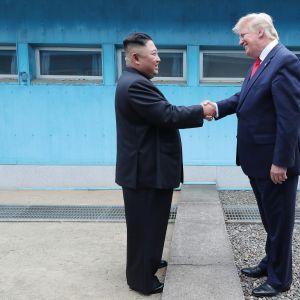 Kim Jong-un ja Donald Trump kättelevät Pohjois-Korean virallisen uutistoimiston KCNA:n julkistamassa kuvassa. Johtajat tapasivat Koreoiden rajalla sunnuntaina.