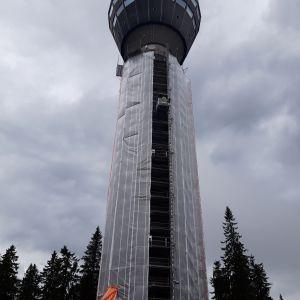 Puijon torni jota on suojattu remontin ajaksi.