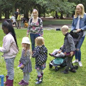 Lapset jonottavat puistolounasta.