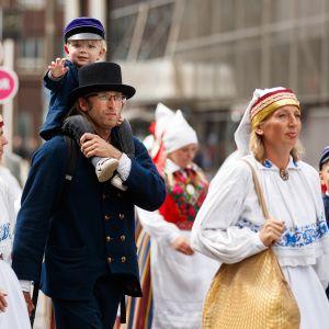 Laulujuhlien kulkue kulki lauantaina läpi Tallinnan keskustan.