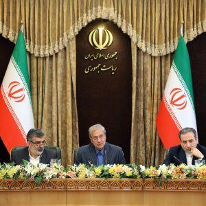 Kuvassa vasemmalta: Iranin atomienergiajärjestön johtaja Behrouz Kamalvandi, hallituksen tiedottaja Ali Rabiei ja varaulkoministeri Abbas Araghchi.