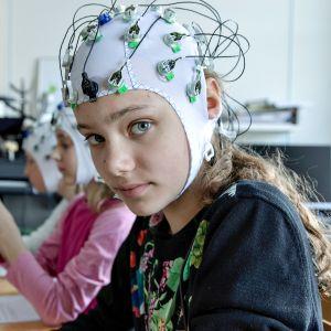 """11-vuotias Martta Murdvee pohtii, pitäisikö älypuhelin vaihtaa yksinkertaiseen näppäinpuhelimeen. """"En halua olla sellainen, jonka pitää joka sekunti katsoa sosiaalista mediaa""""."""