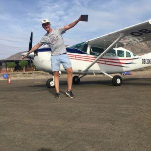 Mies poseeraa lentokoneen edessä