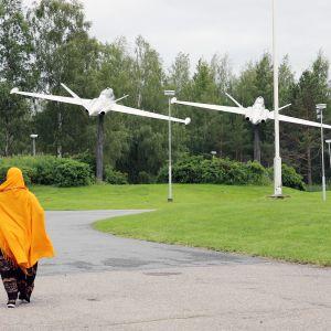 Nainen kävelee Kauhavan vastaanottokeskuksen pihamaalla.
