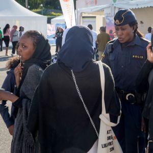 Maahanmuuttajien järjestämässä Järvaveckan-tapahtumassa eri ammattikuntien edustajat esittelevät työtehtäviään Tukholmassa kesäkuussa 2019.