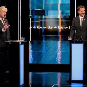 Boris Johnson ja Jeremy Hunt konservatiivisen puolueen puheenjohtajaehdokkaiden tv-väittelyssä tiistai-iltana.