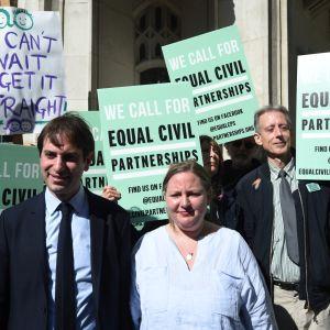 Charles Keidan ja Rebecca Steinfeld mielenosoituksessa heteroparien rekisteröityjen parisuhteiden sallimiseksi keväällä 2018.