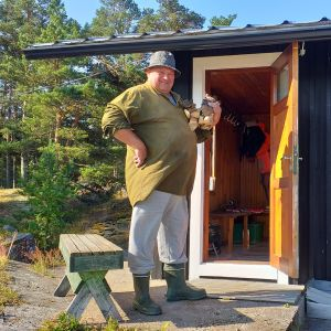 Paraislainen Pekka Laine mökkisaunansa portailla.