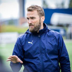 Kuopion Palloseuran päävalmentaja Jani Honkavaara.