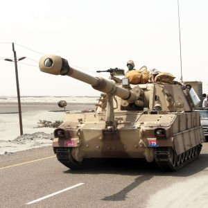 Arabiemiraattien M-109 panssarihaupitsi Jemenissä elokuussa 2015.