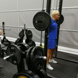 Fysioterapeutti Niko Iivonen ja My Kippilä naisten maajoukkueleirillä Eerikkilässä 4.7.2019.