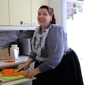 Maria Tuominen keittiössä