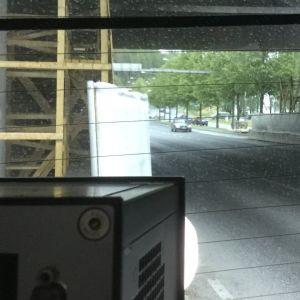 Näkymä poliisin kamera-auton sisältä tielle.