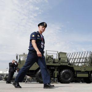 Sotilas kävelee ohjuspuolustusjärjestelmän edessä.