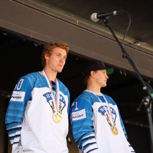 MM-kultamitalistit Miika Koivisto ja Joel Kiviranta esiintyivät kotikaupungissaan rennosti.