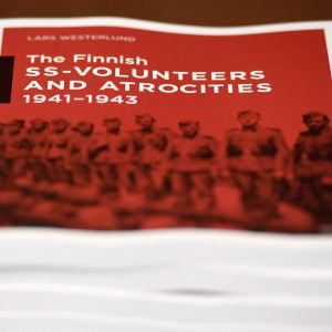 Kansallisarkiston toteuttama arkistoselvitys suomalaisista SS-miehistä kuvattuna selvityksen luovutustilaisuudessa Helsingissä.