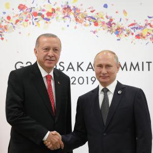 Turkin presidentti Recep Tayyip Erdoğan ja Venäjän presidentti Vladimir Putin G20-kokouksessa Japanissa kesäkuun lopussa.