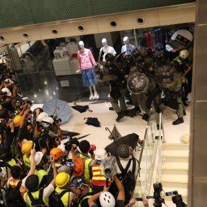 Poliisit kauppakeskuksen nurkassa Hongkongissa.