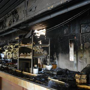 Huoltoaseman baari tuhoutui palossa.