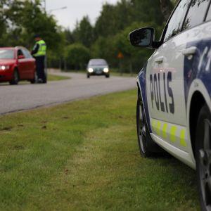 Poliisi puhalluttaa autoilijoita.