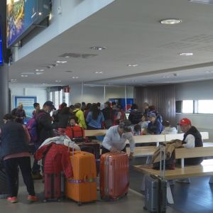 Kiinalaisturisteja odottamassa koneen lähtöä Rovaniemen lentoasemalla.