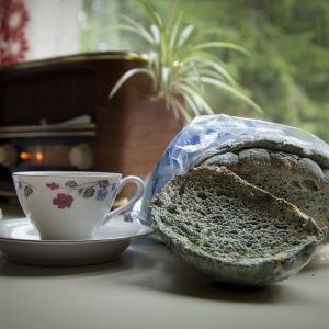 Homeinen leipä ikäihmisen kodin pöydällä.