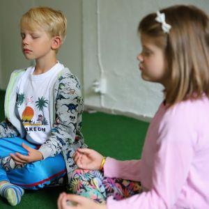 Lapset tekemässä mindfulness -harjoituksia