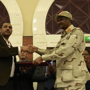kaksi miestä kättelee sopimus kädessään