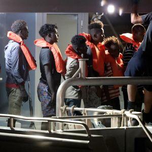 Pelastettuja siirtolaisia kuljetetaan Maltalle.